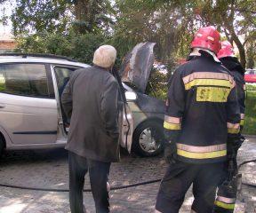 Rozszczelniona rura z gazem, spalone auto