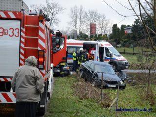 Zderzenie dwóch samochodów osobowych w Łomi