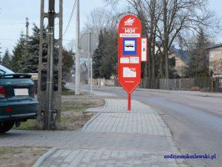 Przystanek MKM dokładnie w środku chodnika