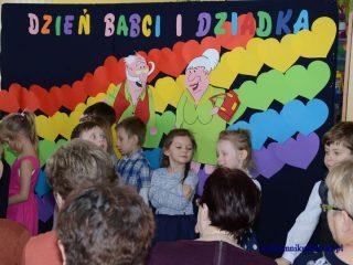 Przedszkolaki z oddziału 0e zaprosiły babcie i dziadków
