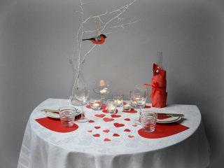 Jak romantycznie udekorować stół na walentynki?
