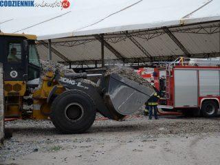 Strażacy gaszą pożar w zakładzie przetwarzania odpadów w Kosinach Bartosowych