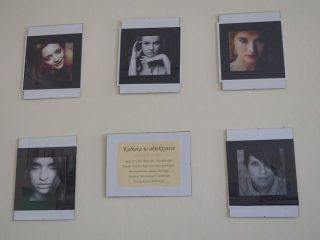 """Wystawa fotograficzna """"Kobieta w obiektywie"""" w Bibliotece Pedagogicznej w Mławie"""