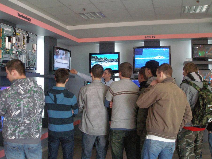 Studenci elektroniki w zakładach LG