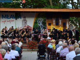 Na scenie Mławska Orkiestra Dęta i Karniewiacy