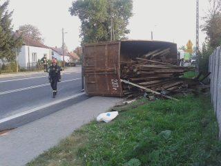 Żurominek. Przewrócona ciężarówka zablokowała drogę