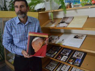 Pamiątki i archiwalia o Janie Pawle II w miejskiej bibliotece