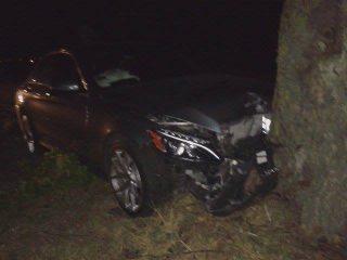 Mercedes uderzył w drzewo pod Wyszynami