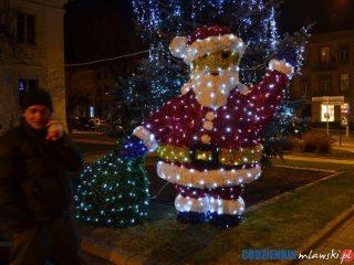 Iluminowane ozdoby – Mikołaj  i bombka już stoją koło ratusza