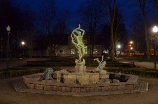 Świecąca fontanna w mławskim parku. Wandalizm czy performance ?