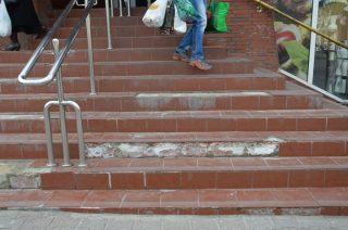 Niebezpieczne i zniszczone schody, to murowany wypadek