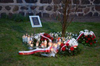 Modlitwa i kwiaty. Pamięci tych, co zginęli pod Smoleńskiem
