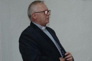Ks. proboszcz Jan Cegłowski informuje w kościele o zawieszeniu katechetki