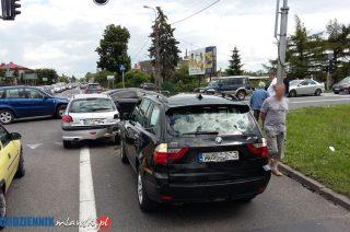 """Uszkodzony sygnalizator i trzy auta rozbite na skrzyżowaniu """"siódemki"""" i Warszawskiej"""