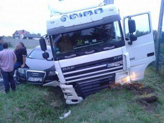 Szydłówek. Ciężarowy DAF z kradzioną naczepą zderzył się z Audi