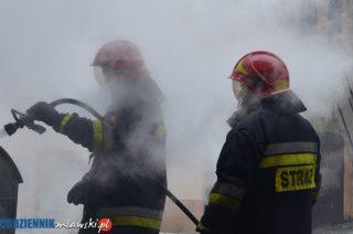 Pożar kosza uszkodził auto i elewację budynku