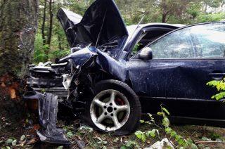Wypadek koło Turzy Wielkiej. Doszczętnie rozbite auto, trzy osoby w szpitalu