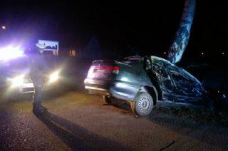 Unieck. Pijany kierowca rozbił auto o drzewo. W środku była trójka dzieci