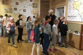 Klasy czwarte lekcję historii poznały  w Muzeum Ziemi  Zawkrzeńskiej