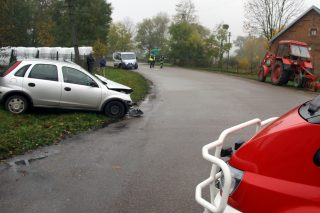 Wypadek w Liberadzu. Kierująca oplem uderzyła w ciągnik rolniczy.