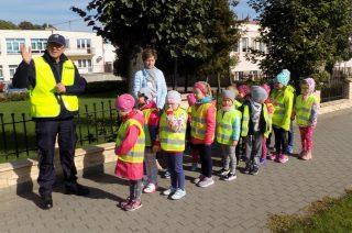 Wizyta dzielnicowego. Dobre rady o bezpiecznej drodze do szkoły dla najmłodszych