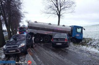 Śnieg i ślizgawica. Zderzenie trzech samochodów w Wojnówce