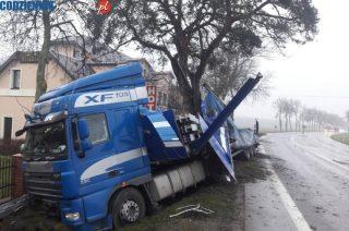 """Na """"siódemce"""" koło zajazdu Sunset ciężarówka wypadła z drogi"""