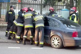 Strażacy uwalniali dwójkę malutkich dzieci zatrzaśniętych w samochodzie
