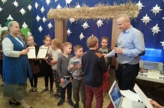 Uczniowie z Nosarzewa Borowego śpiewali kolędy po angielsku