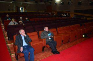 Pusta sala na miejskiej konferencji o kanalizacji
