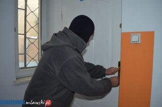 Sąsiedzi zobaczyli uchylone drzwi. Zginęła biżuteria i pieniądze