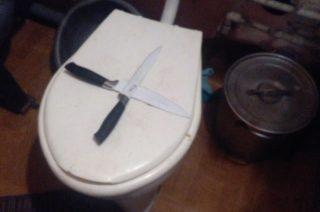W Turzy Wielkiej latające klocki, roztrzaskany kieliszek i skrzyżowane na sedesie noże