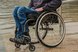Ciechanów. Nietrzeźwi pobili i obrabowali niepełnosprawnego na wózku