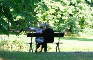 Jak się żyje babciom i dziadkom. Najważniejsze liczby