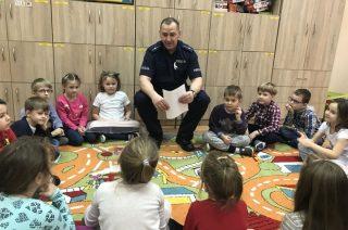 Rzecznik  i dzielnicowy czytali opowiadania dzieciom w SP nr 2