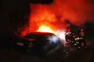Ciechanów. Policjanci gasili płonący samochód i ewakuowali mieszkańców