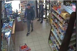 Okradli sklep. Mławska policja publikuje wizerunki złodziei