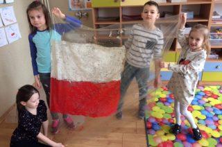 Znają już hymn i flagę narodową. Mali patrioci w SP 3