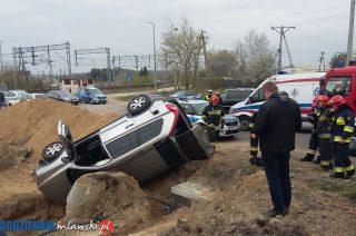 Pierwszy wypadek na Alei św. Wojciecha. Pijany kierowca wpadł w wykopyi wywrócił auto
