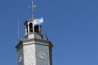Flaga na ratuszowej wieży została opuszczona