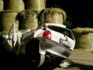 """Opel Corsa """"wbił się"""" w pozostawioną na poboczu drogi przyczepę"""