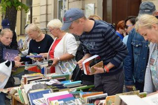 Tłum miłośników książek pod biblioteką