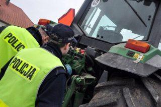Podkrajewo. 13-latek kierował ciągnikiem rolniczym, przed nim jechał wujek