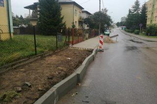 Na Sportowej trwa przebudowa części chodnika