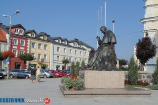 Zniszczone kwiaty pod pomnikiem Jana Pawła II