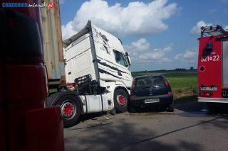 Ciężarówka zderzyła się z samochodem osobowym, dwie osoby poszkodowane