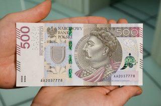 Zapłacił za papierosy 500 – złotowym banknotem. Potem oszukał sprzedawczynię na 300 zł
