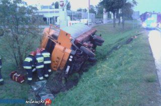 """Wypadek na """"siódemce"""". Ciężarówka w rowie"""
