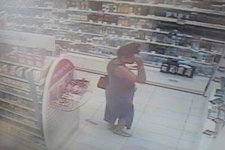 Mława. Zuchwała kradzież w HEBE. Policja poszukuje kobiety ze zdjęć