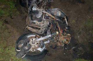 Motocyklista uderzył w przepust, przeleciał przez ogrodzenie, wylądował w ogródku i … przeżył